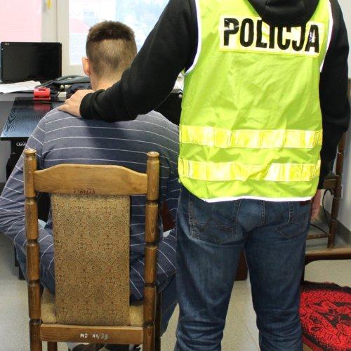 ŁÓDZCY POLICJANCI ZATRZYMALI 26-LATKA, KTÓRY POSIADAŁ W SWOIM MIESZKANIU MARIHUANĘ