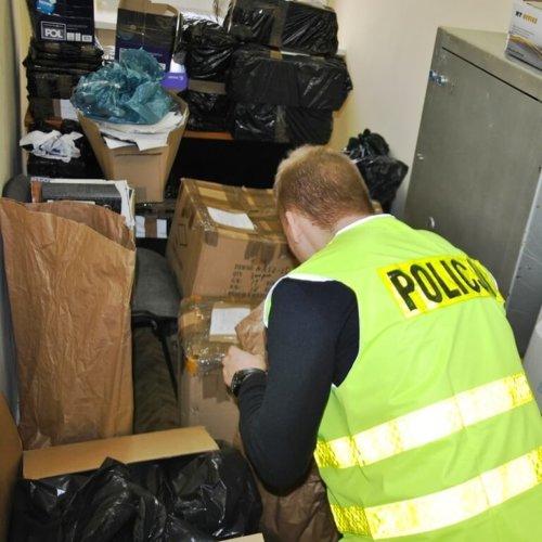 POLICJANCI PRZEJĘLI PONAD 10 TYSIĘCY SZTUK PODRABIANYCH TOWARÓW