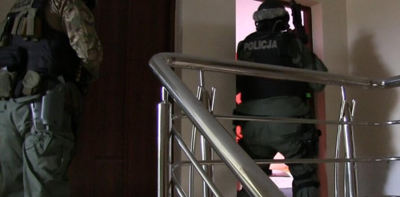 BOSS GRUPY PRZESTĘPCZEJ UKRYŁ SIĘ W GOŁĘBNIKU PRZED POLICJANTAMI CBŚP