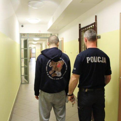 POLICJANCI ZATRZYMALI SPRAWCÓW BRUTALNEJ NAPAŚCI NA MŁODEGO MĘŻCZYZNĘ